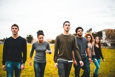 Groupe de jeune mixité dans paysage de campagne