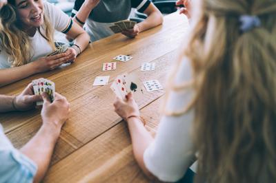 vivre à la mfr, groupe de jeune jouant aux cartes